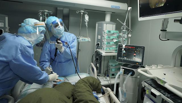 Un médico chino de 29 años fallece por un derrame cerebral tras trabajar 35 días sin descanso durante el brote de coronavirus
