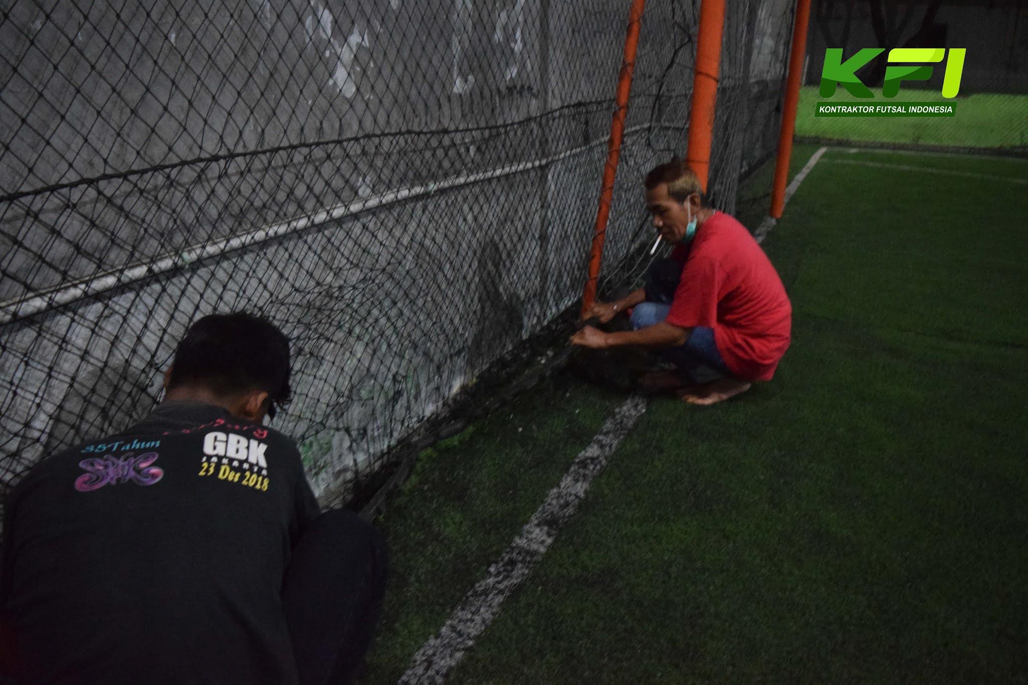 Proses Perbaikan Jaring Lapangan Futsal