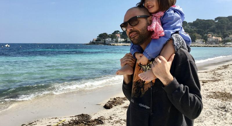 papà e bimba sulla spiaggia di Antibes