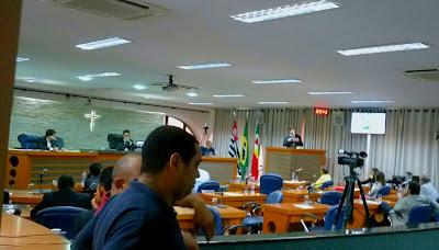 VITÓRIA DO POVO, PREFEITO DE BARRETOS-SP MANDA RETIRAR PROJETOS POLÊMICOS, SENTINDO A PRESSÃO POPULAR, DEPOIS DE MAIS DE 100 PESSOAS ENCHEREM A GALERIA DA CÂMARA NESTA QUINTA-FEIRA DIA 21/12/2017 - Vereador Aparecido Cipriano discursando