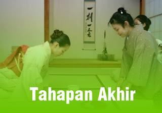 dua orang wanita jepang sedang minum teh
