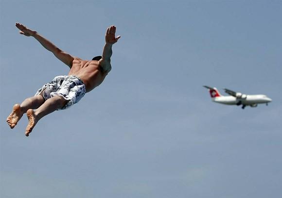Sốc: Người bí ẩn bay vượt mặt phi cơ Airbus 320 ở độ cao hơn 1066 mét