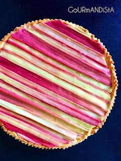image Tarte amandine à la rhubarbe et poudre de caramel au beurre salé