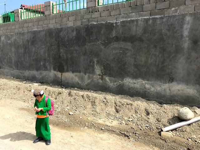 トルクメニスタンの地方で通学をする、民族衣装を来た可愛らしい子ども