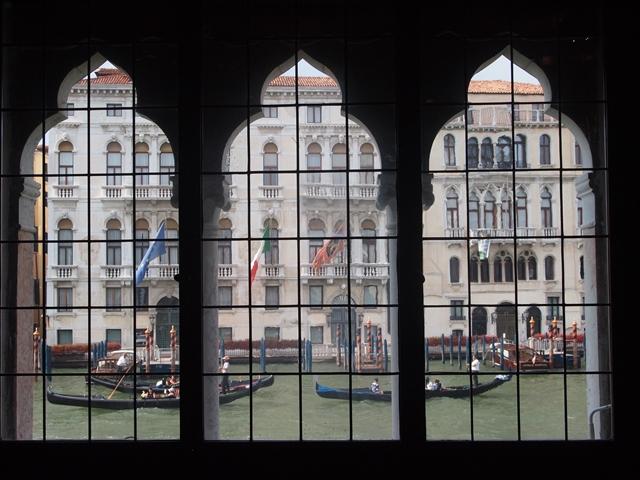 ヴェネチアの窓