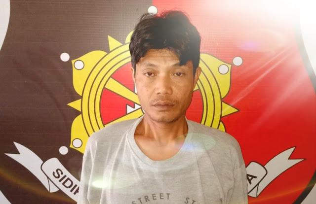 """Muba - majalahglobal.com. Kepolisian Sektor Sungai Lilin menangkap Karsan bambang (37), warga Kel. Siantri Kec. Larangan Kab. Brebes Jateng. Diduga telah melakukan tindak pidana pencabulan terhadap anak di bawah umur. Tersangka telah melakukan perbuatan pencabulan terhadap anak dibawah umur sebut Saja Bunga Melati yang masih berumur 5 Tahun       """"Korban merupakan Anak tetangganya, untuk tersangka baru tiga bulan merantau Jualan kue Putu. Saat ini dalam pemeriksaan kita"""" Ujar Kapolres Musi Banyuasin AKBP YUDHI SURYA MARKUS PINEM, S.ik melalui Kapolsek Sungai Lilin AKP HERNANDO, SH. Minggu (22/03/2020) siang tadi.    Perbuatan ini dilakukan tersangka didalam rumah kontrakan milik PONIDI di dusun III desa Sri gunung Kec. Sungai lilin. Korban terpaksa menuruti kemauan tersangka dengan bujuk rayuan.   HERNANDO menambahkan, perbuatan itu dilakukan tersangka pada Jum'at 20 maret 2020 pagi sekira pukul 10.00 wib di dalam rumah kontrakan. Tersangka membujuk korban untuk bersama - sama menonton game yang ada di HP nya sambil berbaring diatas tikar karpet lalu tersangka membuka celana korban sambil mengosokkan jari tangannya ke arah kemaluannya dan melakukannya layaknya suami istri walaupun gagal. Korban pun ketika pulang langsung diantarkan tersangka kerumahnya.   """"korban yang menahan rasa sakit langsung ditanyakan oleh ibu dan dengan lugunya korban pun menceritakan yang dialaminya"""" tambah Nando.    Orang tuanya pun langsung melaporkan hal tersebut ke pihak Pos Pol Sri Gunung Sungai Lilin. Jumat sore pukul 15.00 wib tersangka ditangkap dan Langsung dibawa ke Mapolsek Sungai Lilin untuk penyidikan lebih lanjut.   Tersangka sendiri langsung diamankan petugas Polsek Sungai Lilin dan dijerat atas pelanggaran dengan pasal 82 jo. 76 E Undang undang No. 35 tahun 2014 ttg.  Perubahan kedua atas undang undangNo. 23 tahun 2002 ttg.Perlindungan anak dengan ancaman penjara hingga 20 tahun. (Sadiman)"""
