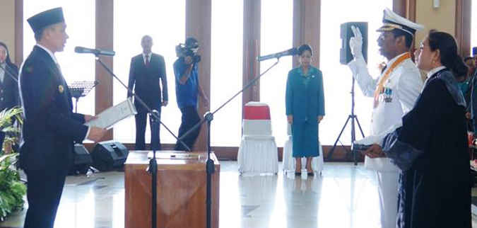 Gubernur Maluku Said Assagaff atas nama Menteri Dalam Negeri (Mendagri) Tjahjo Kumolo melantik Frans Johanes Papilaya sebagai Penjabat Walikota Ambon, Kamis (4/8).