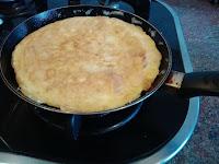 Haciendo tortilla de bacalao.