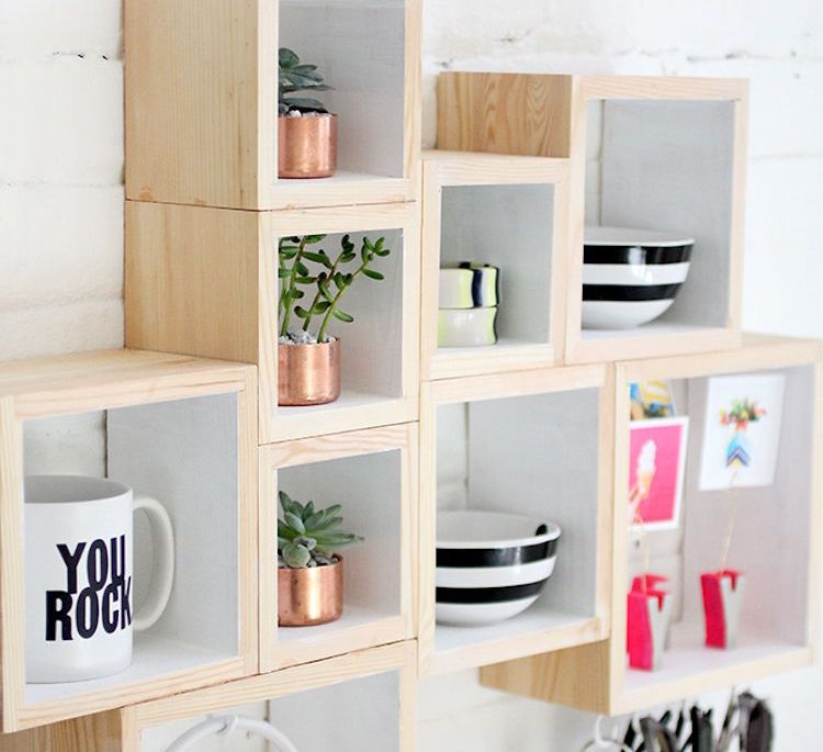 estanteria con cajas de madera- composición
