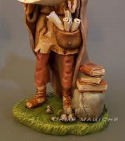 statuina studioso con libri e fogli modellini per presepio realizzati a mano su commissione orme magiche