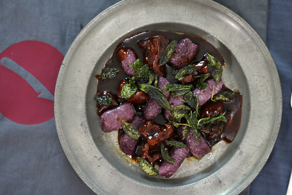 Violette Süßkartoffelgnocchi mit Salbeibutter und Ochsenschwanzragout | Arthurs Tochter kocht. Der Blog für Food, Wine, Travel & Love von Astrid Paul