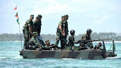 Sambangi Daerah Operasi, Panglima TNI Naik Tank yang Diawaki Perempuan TNI AD - Commando