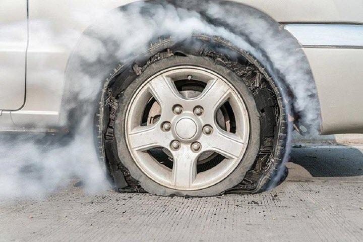 Xử lý như thế nào khi ô tô nổ lốp giữa đường?
