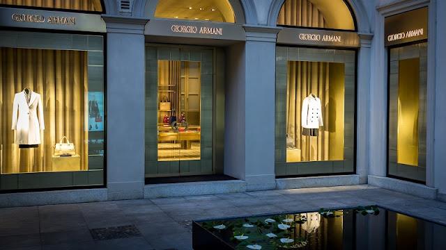 Loja da marca Giorgio Armani no quadrilátero da moda em Milão