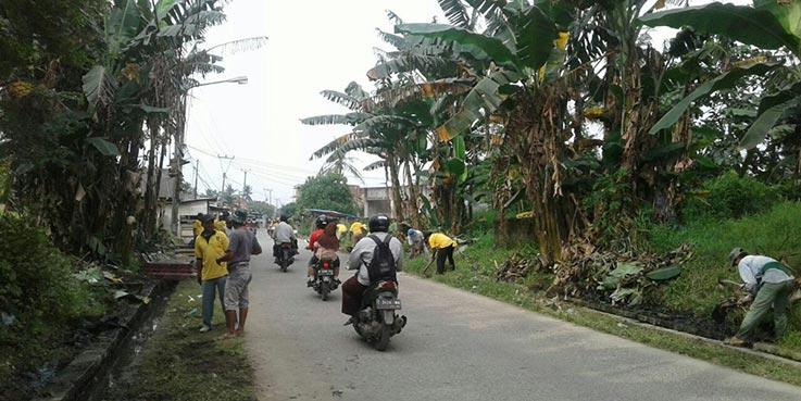 Warga saat mengikuti kegiatan Jumat Bersih.