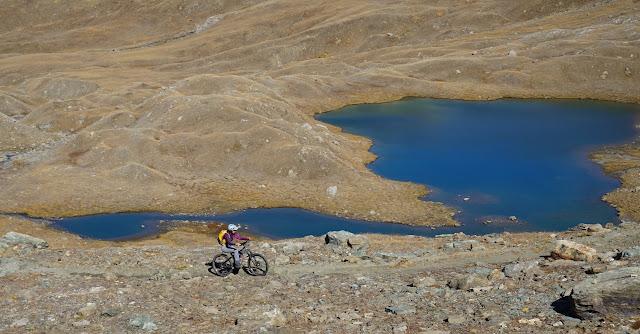 vttae qui grimpe au-dessus du lac avant d'arriver au col d'invergnieux
