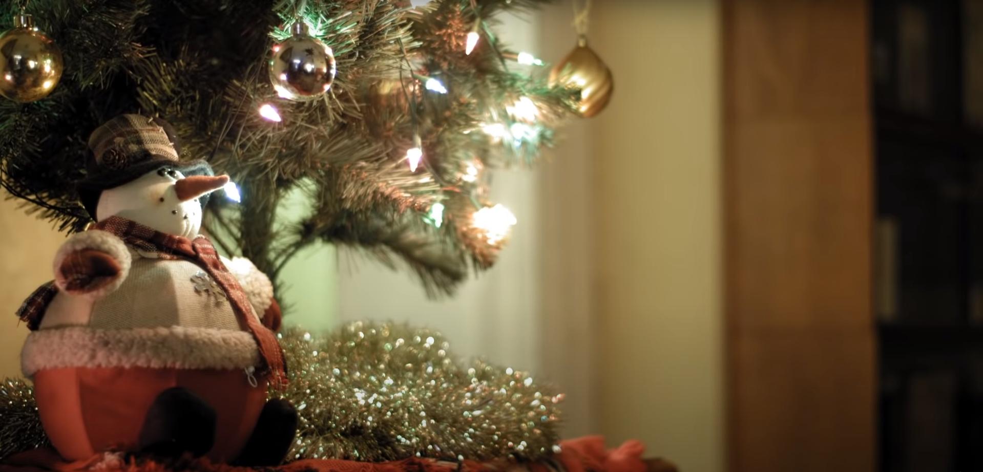 Снеговичок новогодний под елкой