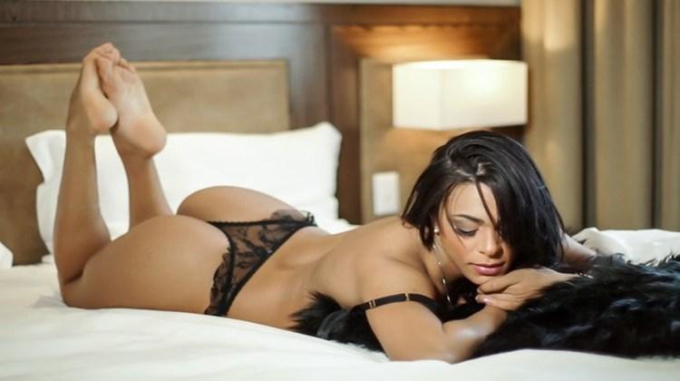 Day Teixeira posa sensual com corpo impecável