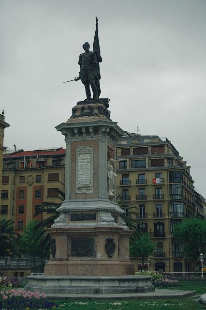 アントニオ・デ・オケンドの像