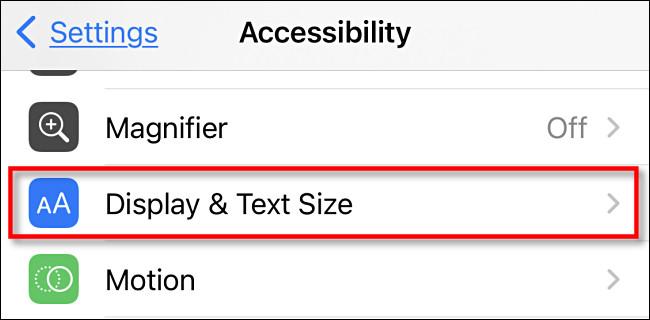 """في إعدادات إمكانية الوصول على iPhone ، اضغط على """"العرض وحجم النص""""."""