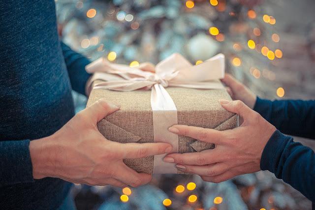Alguém está feliz dando um presente e outra pessoa feliz também por receber