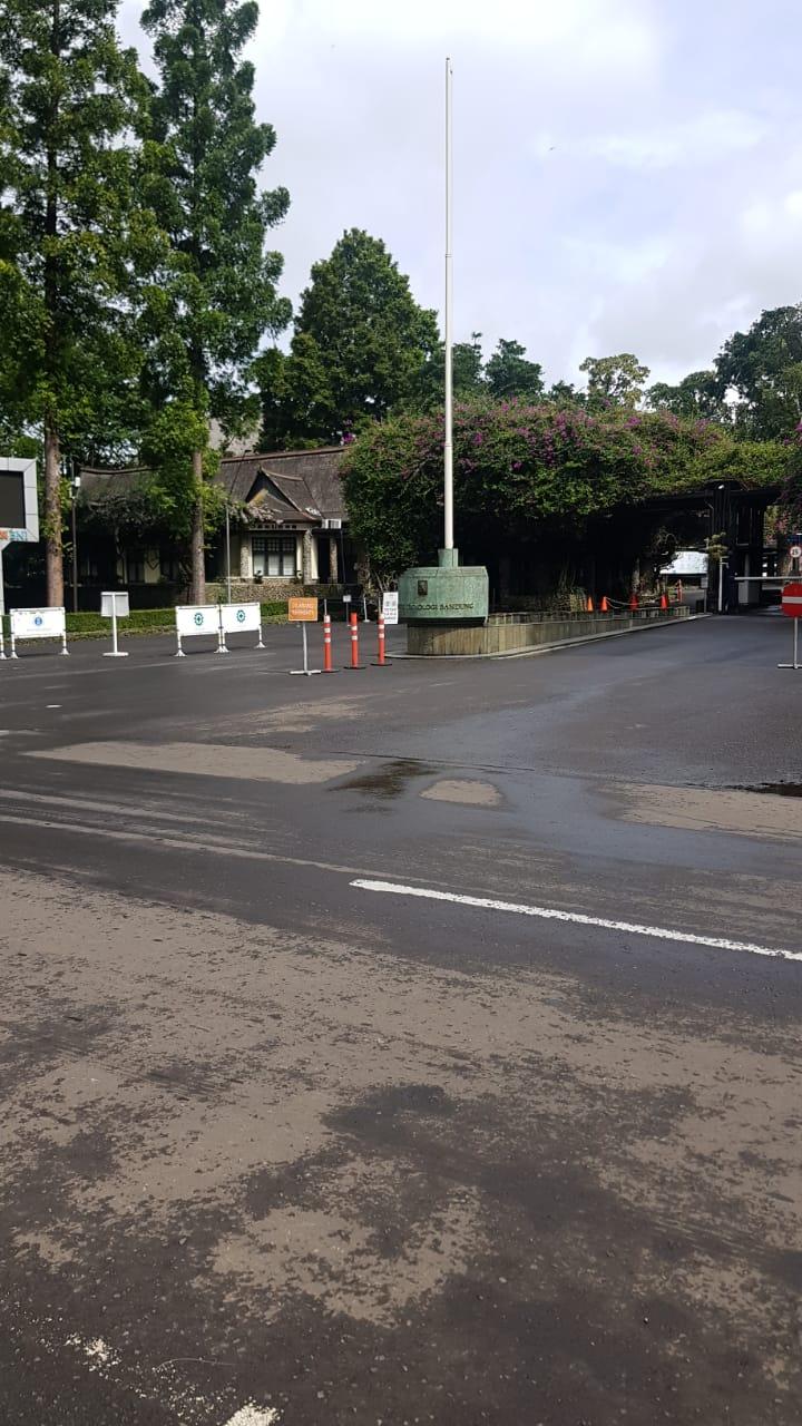 Gerbang Kampus ITB Ganesha di minggu pagi