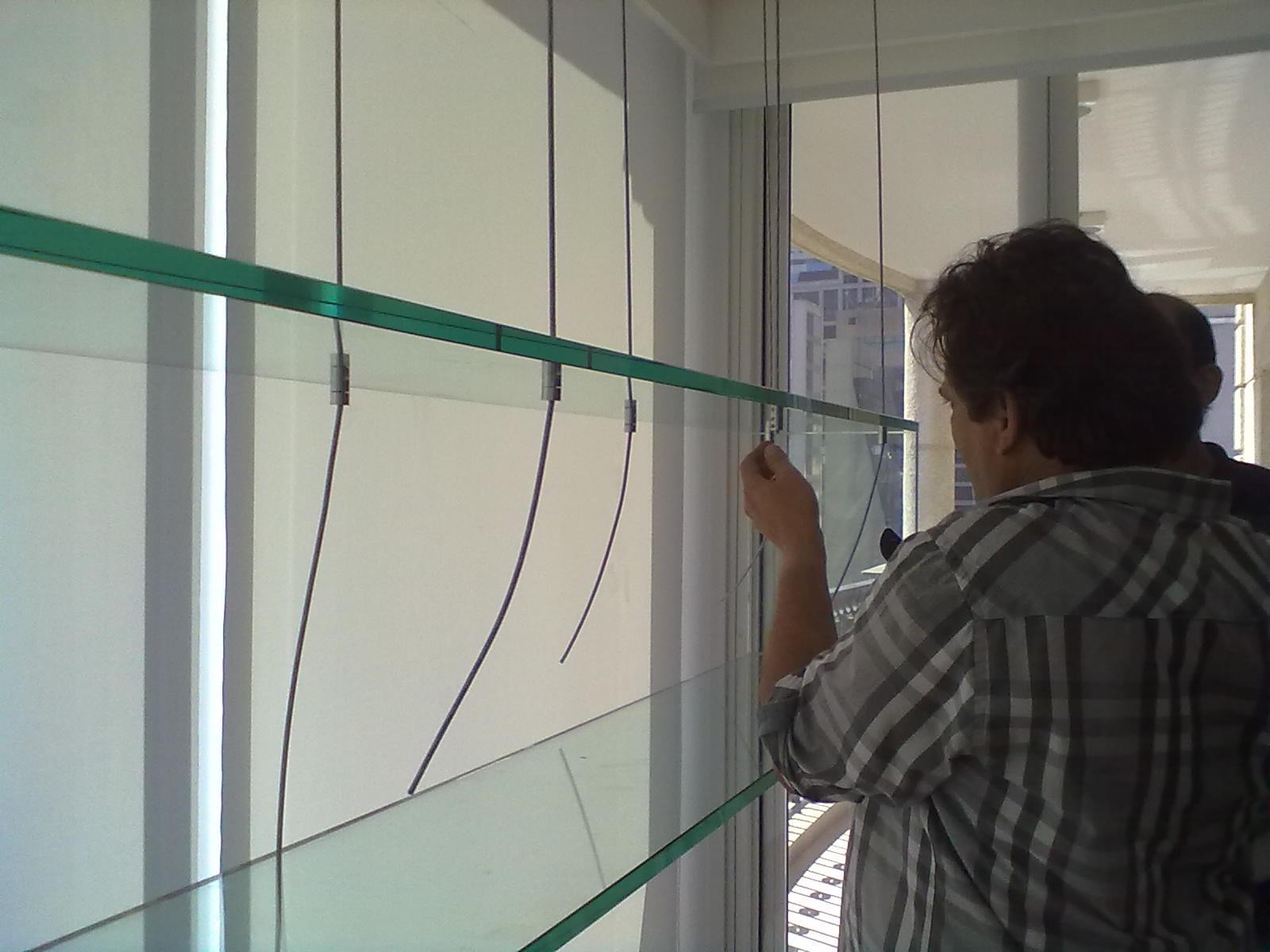foto de prateleira de vidro suspensa