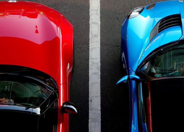 駐車場に車が駐車されている写真