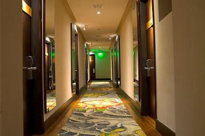 sala-hol-hotelski-sprat-sa-vratima-od-soba