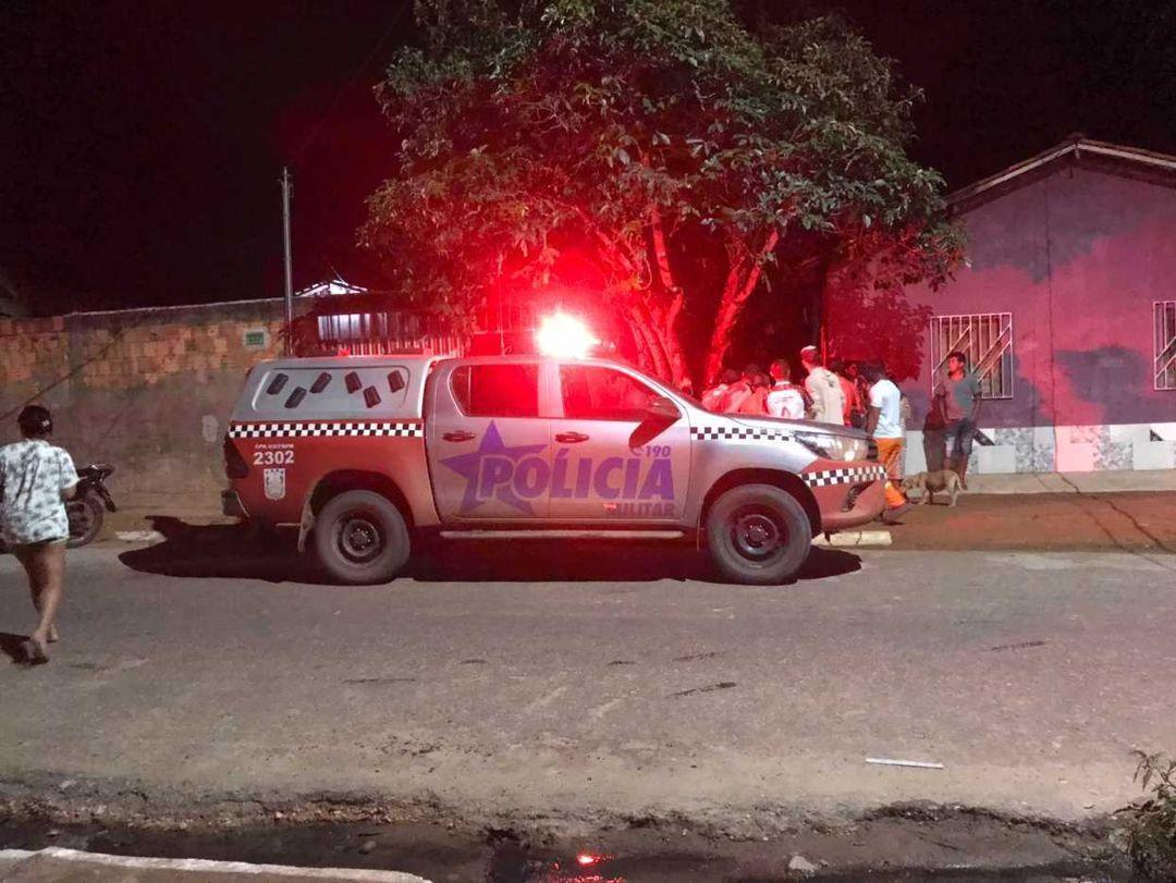 Adolescente é encontrado baleado no quintal de uma residência na Palmares I.
