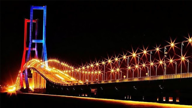Menikmati Pemandangan Jembatan Suramadu Malam Hari