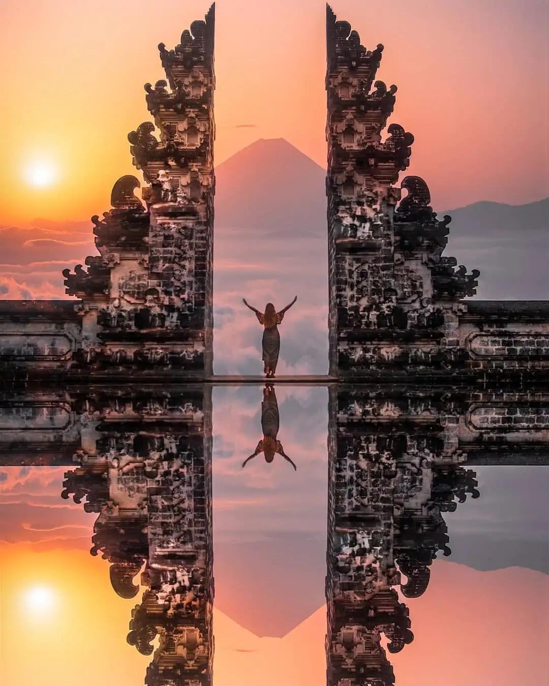Senja di gates of heaven Pura Lempuyang Bali - foto instagram @renzcepres