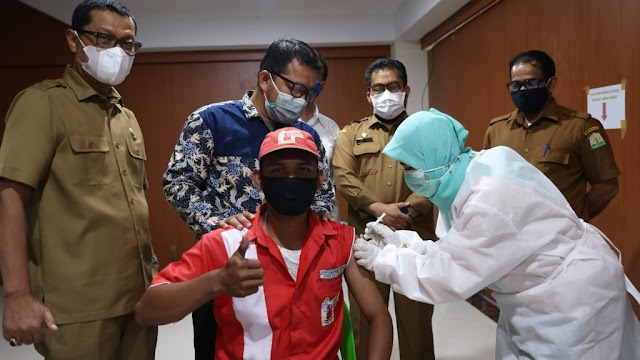Puluhan Petugas SPBU di Banda Aceh Divaksin Covid-19