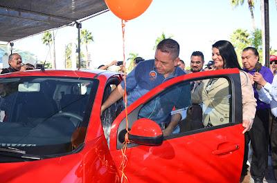 Hacen entrega de automóvil a Manuel Mendívil, ganador del sorteo Oomapasn 2019