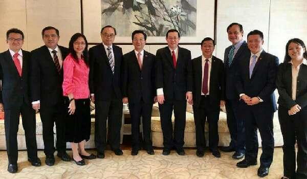 DAP Marah Najib Punyai Hubungan Baik Dengan China, Kini Mereka Sendiri Berbaik Dengan China ›  Seperti pepatah Melayu yang berbunyi 'sudah arang-arang, hendak minyak pula', yang bermaksu...
