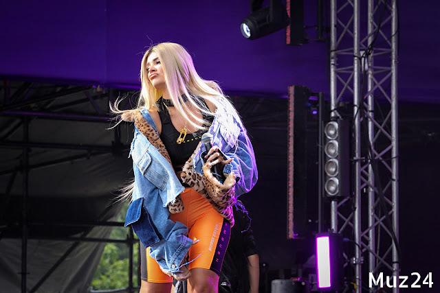 Фотографии с выступления Era Istrefi на фестивале Ласточка