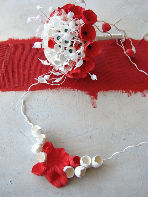 bouquet e collana da sposa bianco rosso , con fiori di carta dipinti a mano