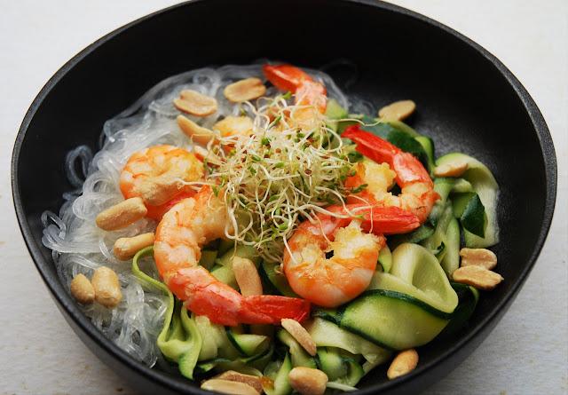 Salade thaïe aux courgettes, vermicelles de riz et crevettes