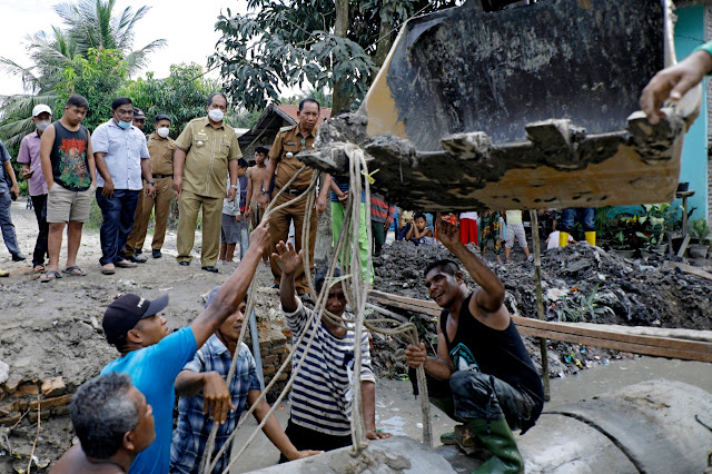 Wabup Asahan Tinjau Normalisasi Saluran Air dan Pemasangan Bis Beton Parit Rodi di Desa Subur Kecamatan Air Joman