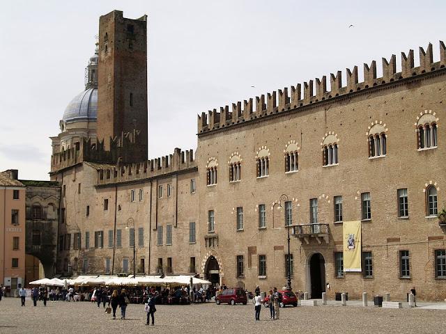 piazza-Mantova-città medievale-architettura-storia