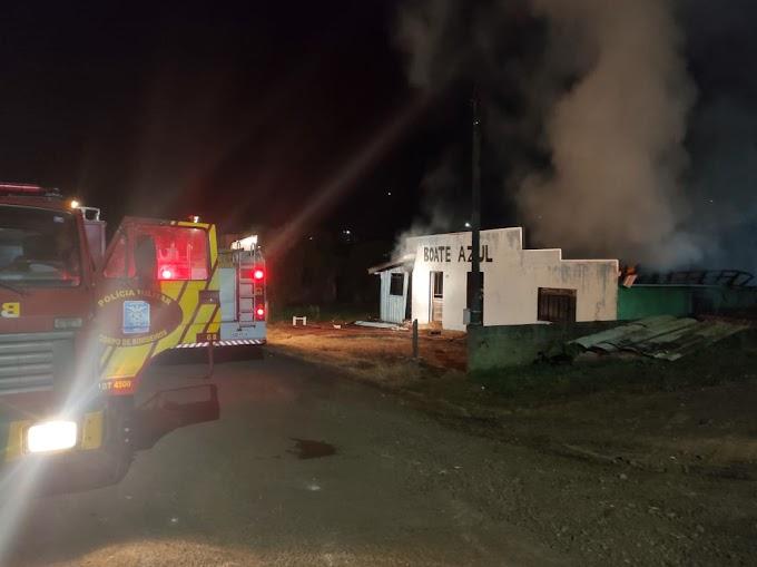 Boate Azul é tomada pelo fogo em Laranjeiras do Sul
