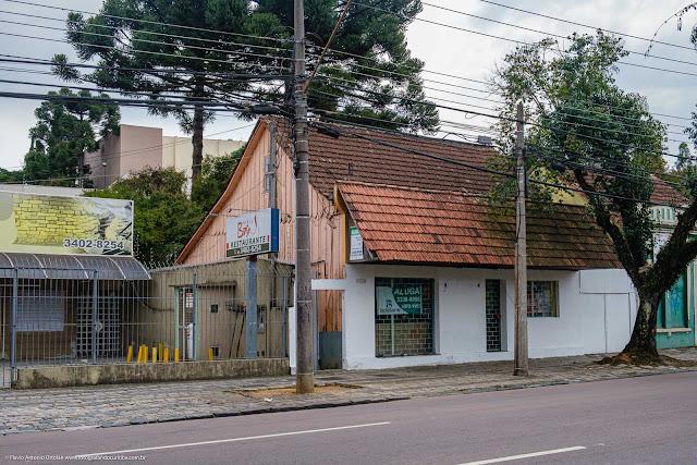 Casa de madeira, com fachada em alvenaria, na Rua Mateus Leme.