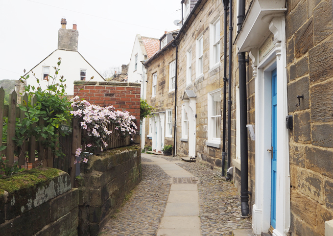 Travel Guide to Whitby robin hoods bay street
