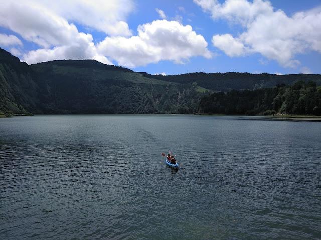 Deporte en Lagoa Verde en Sete Cidades (Azores)