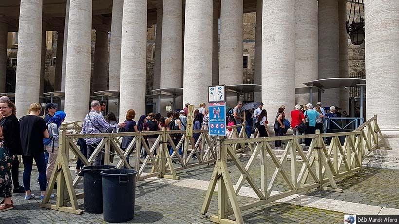 Entrada na basílica São Pedro - Diário de Bordo: 3 dias em Roma