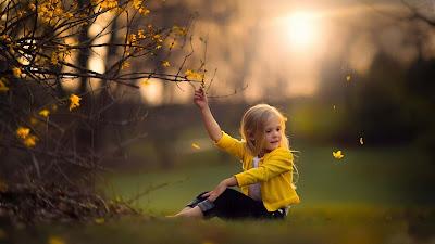 Sevimli-Küçük-Bebek-Girl-Enjoy-Doğa