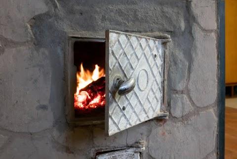 Szabálytalanul építettek cserépkályhát, a házban mindenki szén-monoxid mérgezést szenvedett