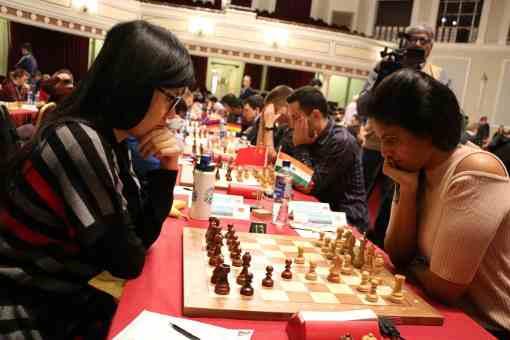 La joueuse d'échecs chinoise Hou Yifan et l'Indienne Dronavalli Harika lors de l'édition 2016 du tournoi de l'Ile de Man - Photo © site officiel