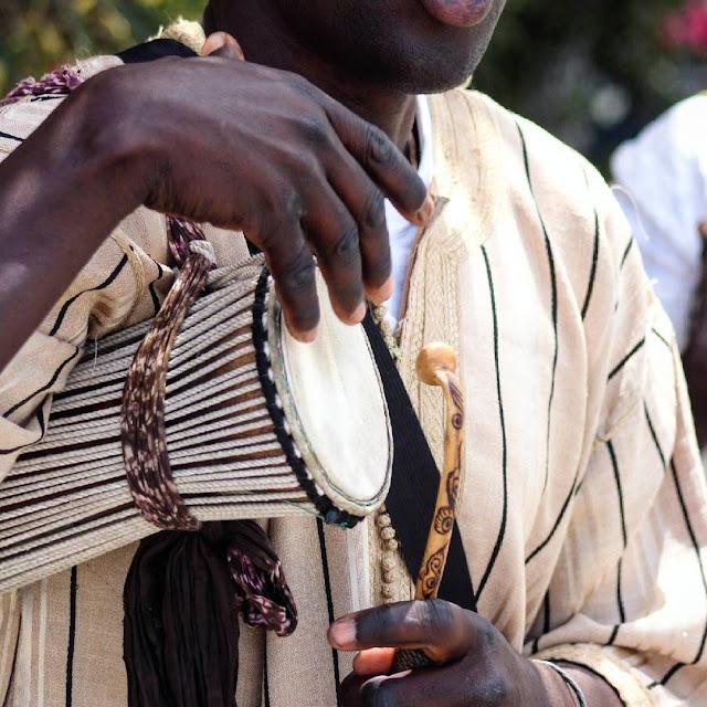 Musique, tama, rythme, bras, baguette, griot, chanteur, instrument, art, fête, cérémonie, baptême, mariage, LEUKSENEGAL, Dakar, Sénégal, Afrique