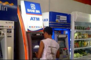 Gambar sedang tarik tunai dengan kartu kredit